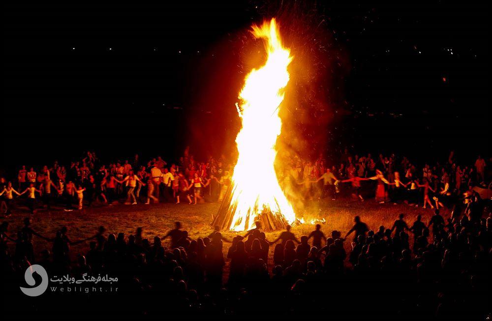 حلقه زدن دور آتش در مراسم جشن سده