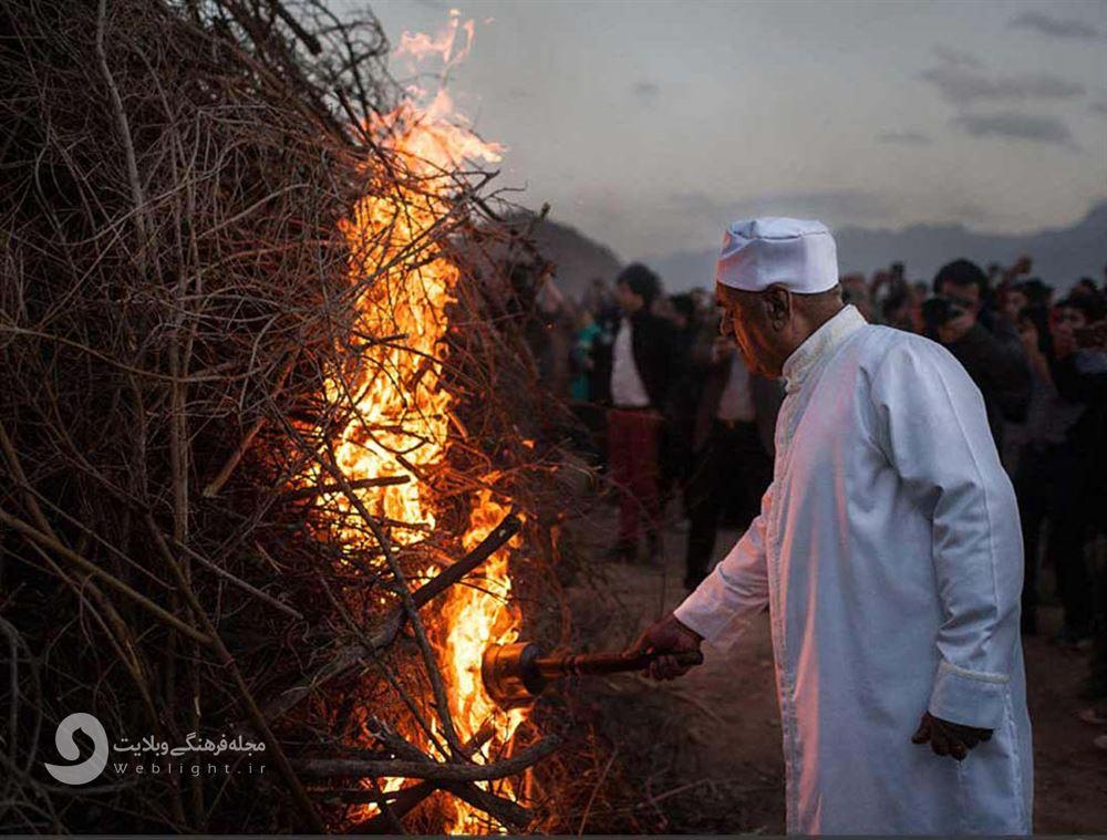 روشن کردن آتش در مراسم سده